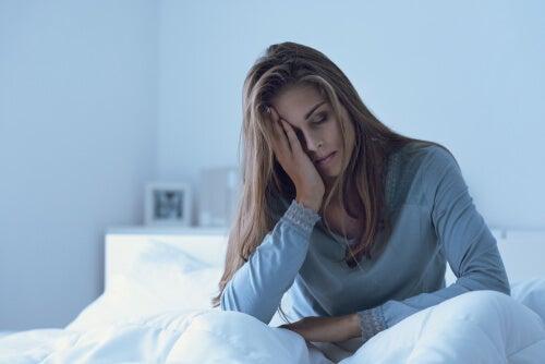 Mujer con depresión en la cama