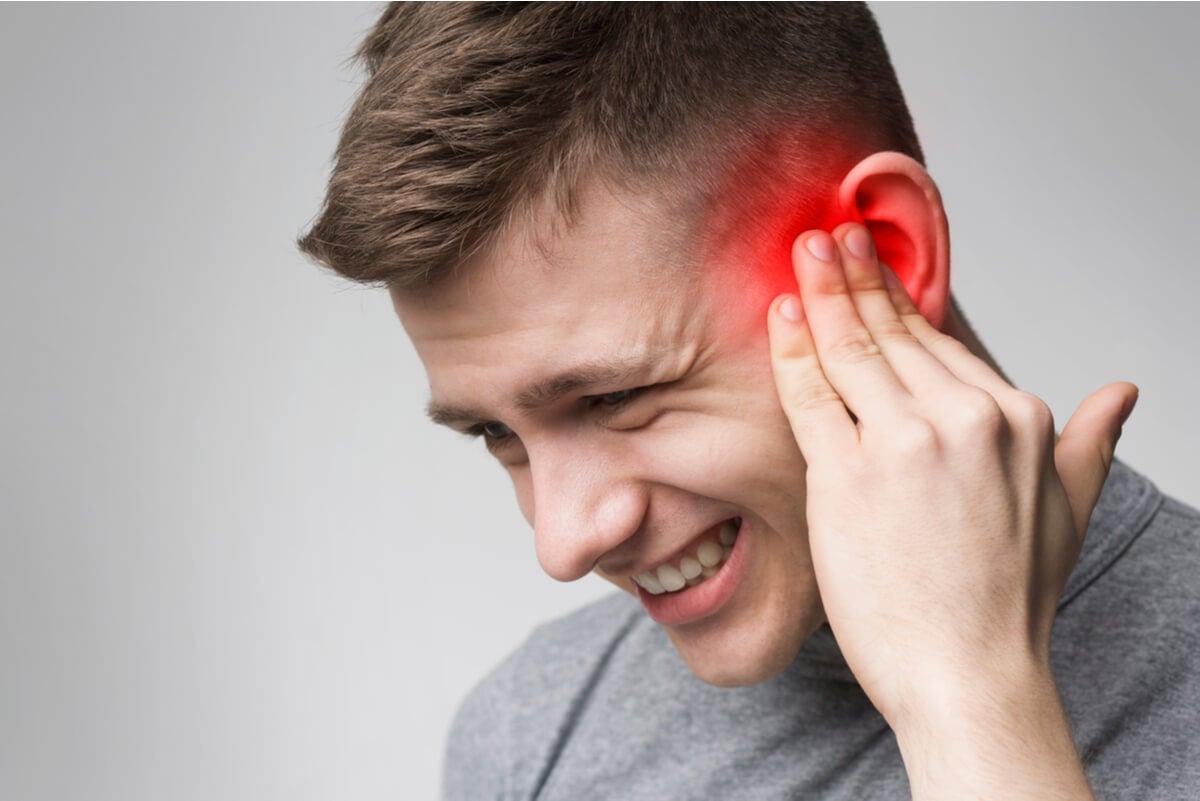 Dolor de oídos en hombre.