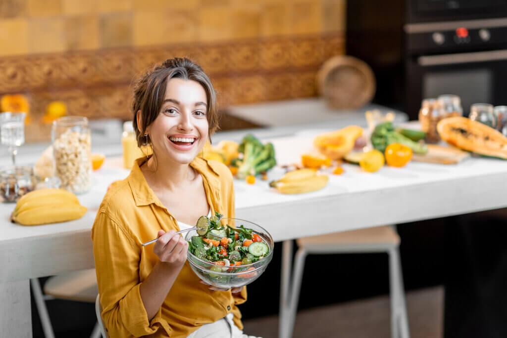 Mujer comiendo saludable.