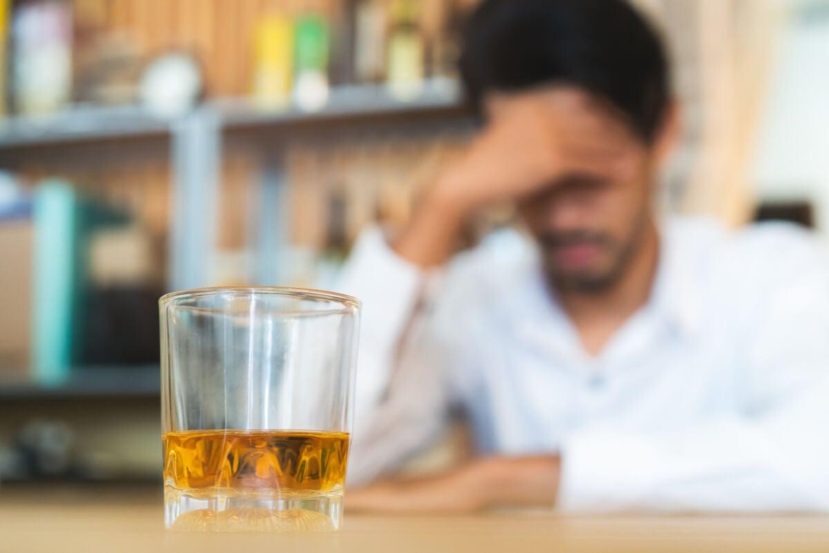 Hombre con alcoholismo.