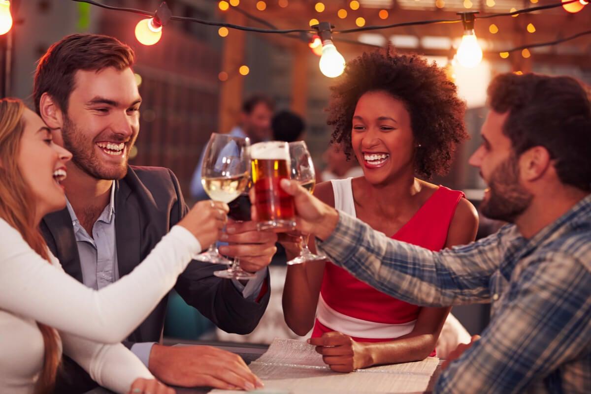 Amigos consumen alcohol.