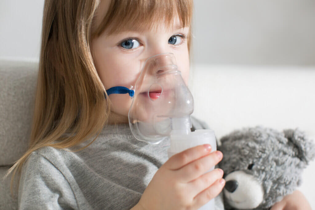 Niña se nebuliza con Ventolín para el asma.