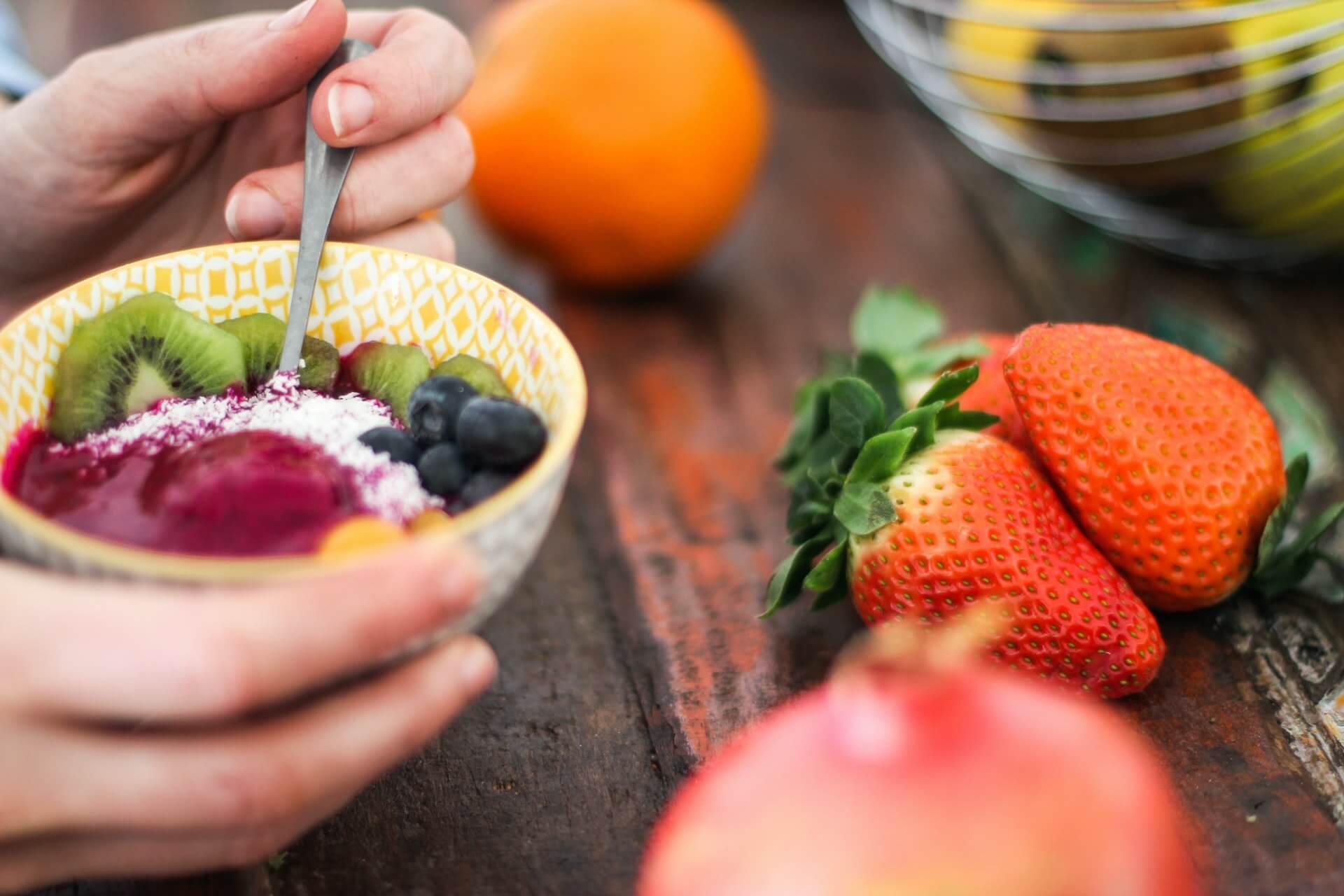 Comer frutas regularmente es bueno para la salud.