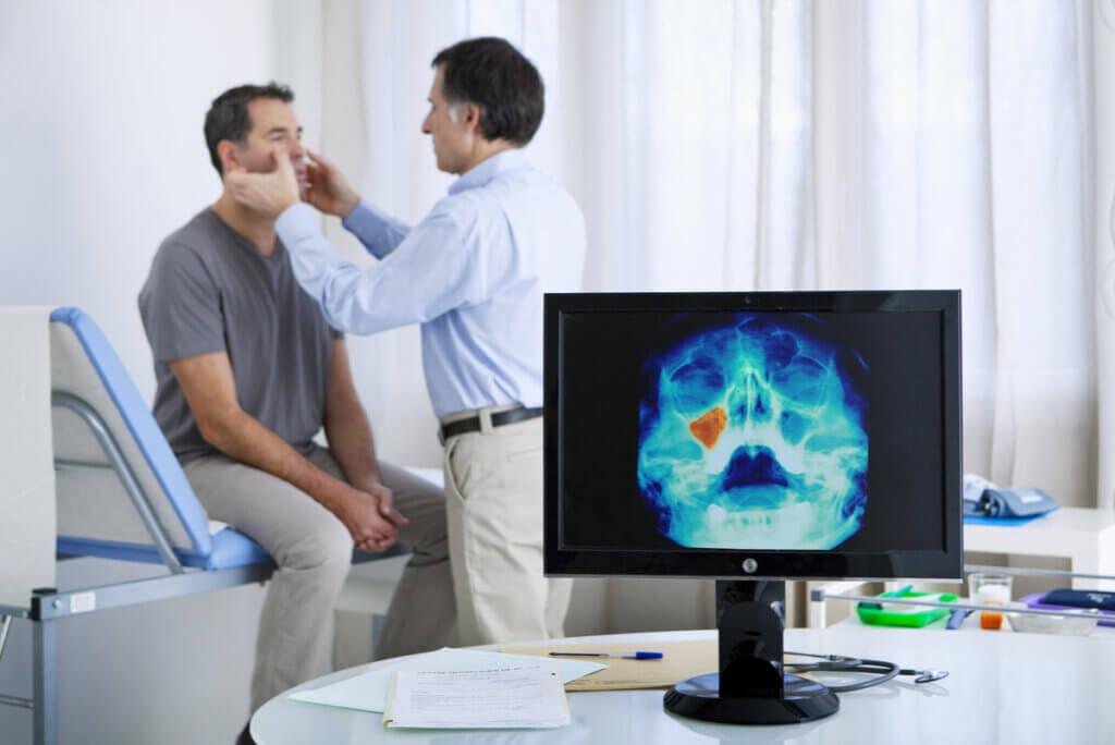 Consulta médica por sinusitis.