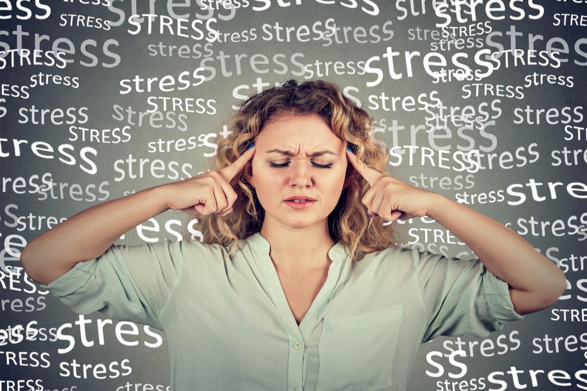 Mujer estresada no puede dormir bien.