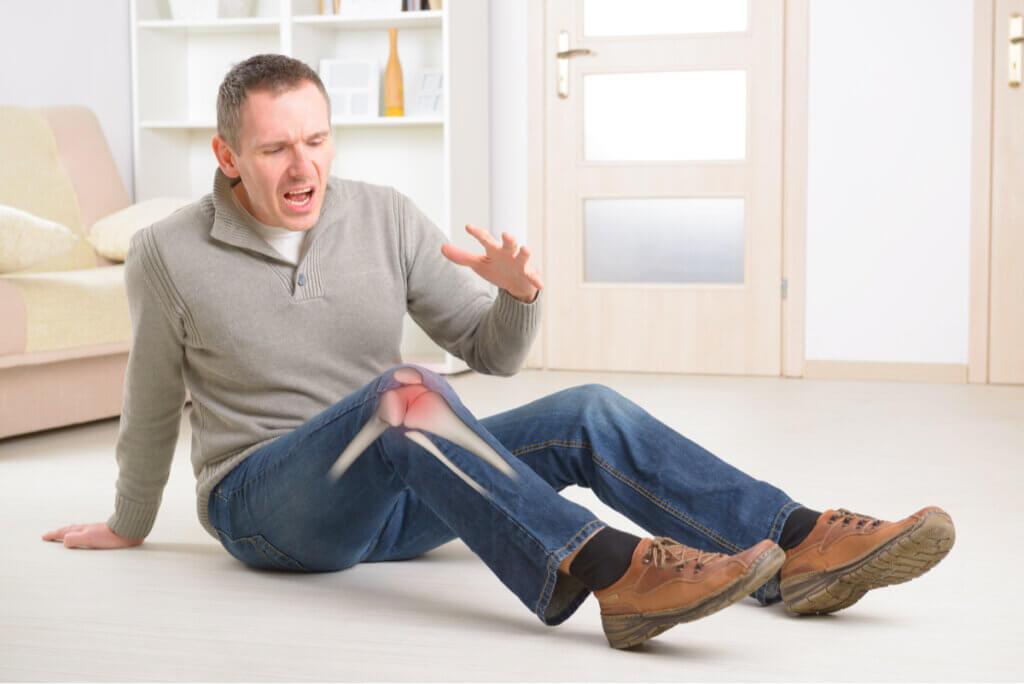 Hombre cae por dolor de rodilla.