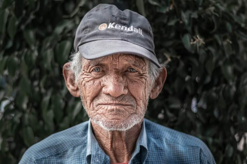 Hombre mayor con síntomas de depresión.