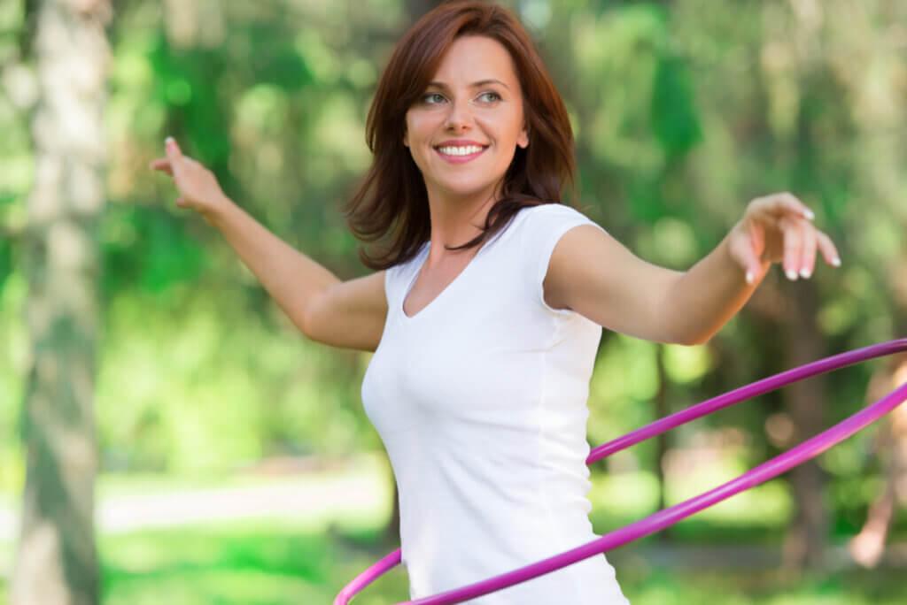 Mujer baila hula hula.