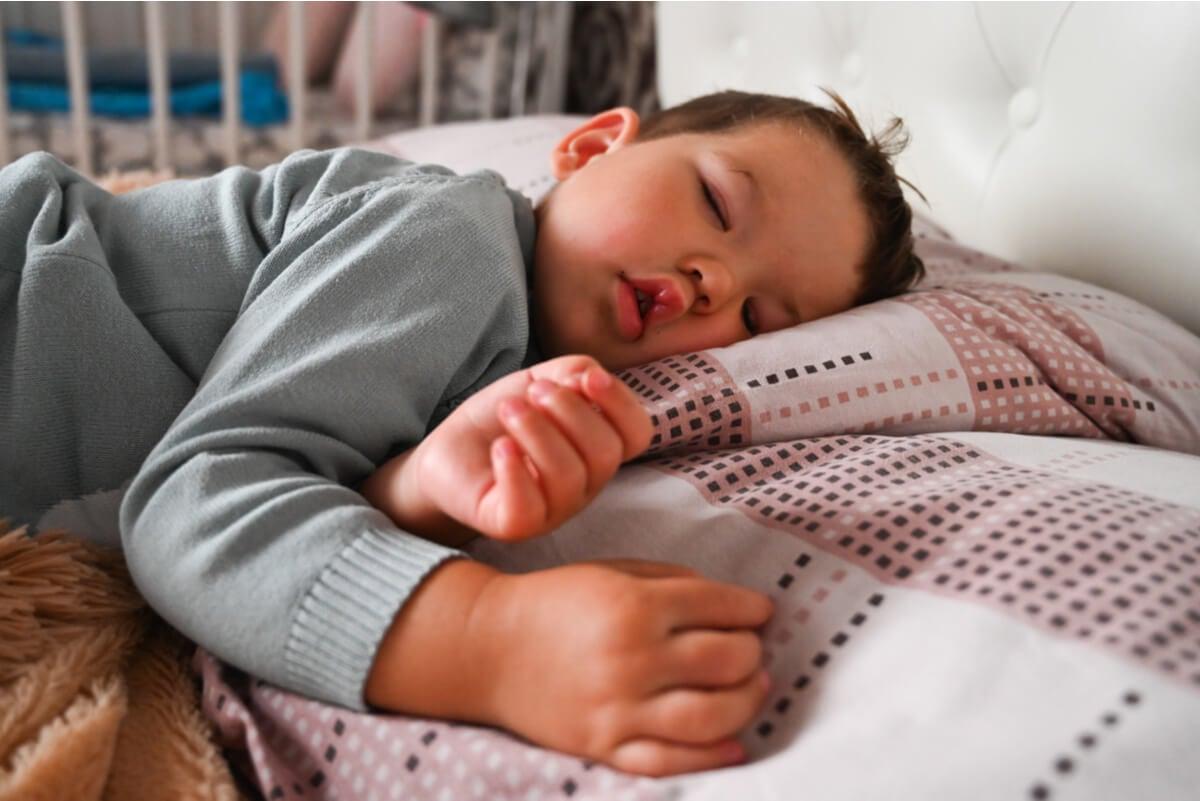 Un niño atraviesa las fases del sueño.