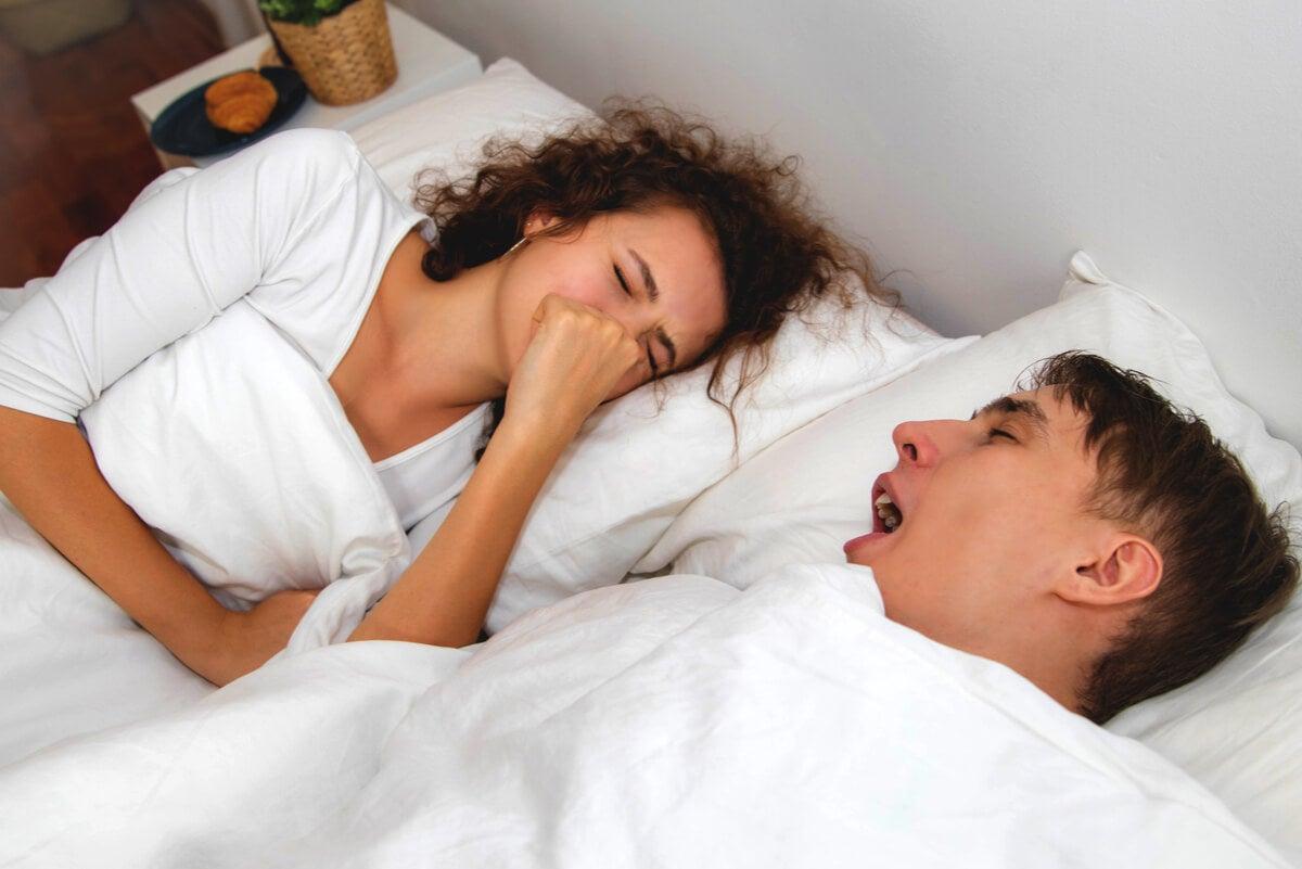 Mujer detecta halitosis de marido durmiendo.