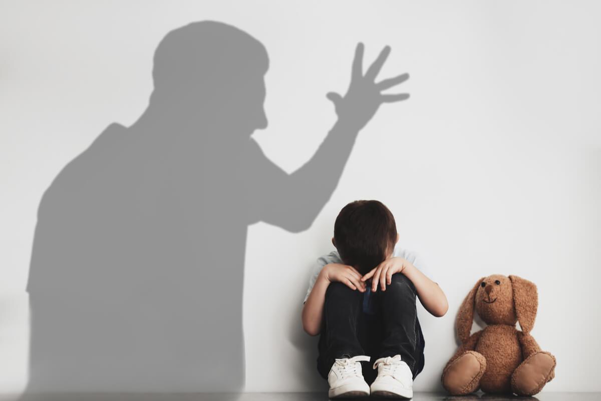 Niño sufre maltrato infantil.