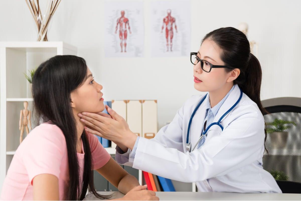 Consulta médica por hipertiroidismo.