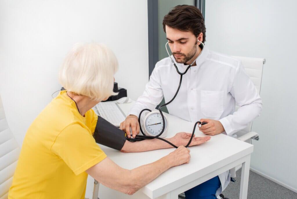 Medir presión arterial en una mujer.
