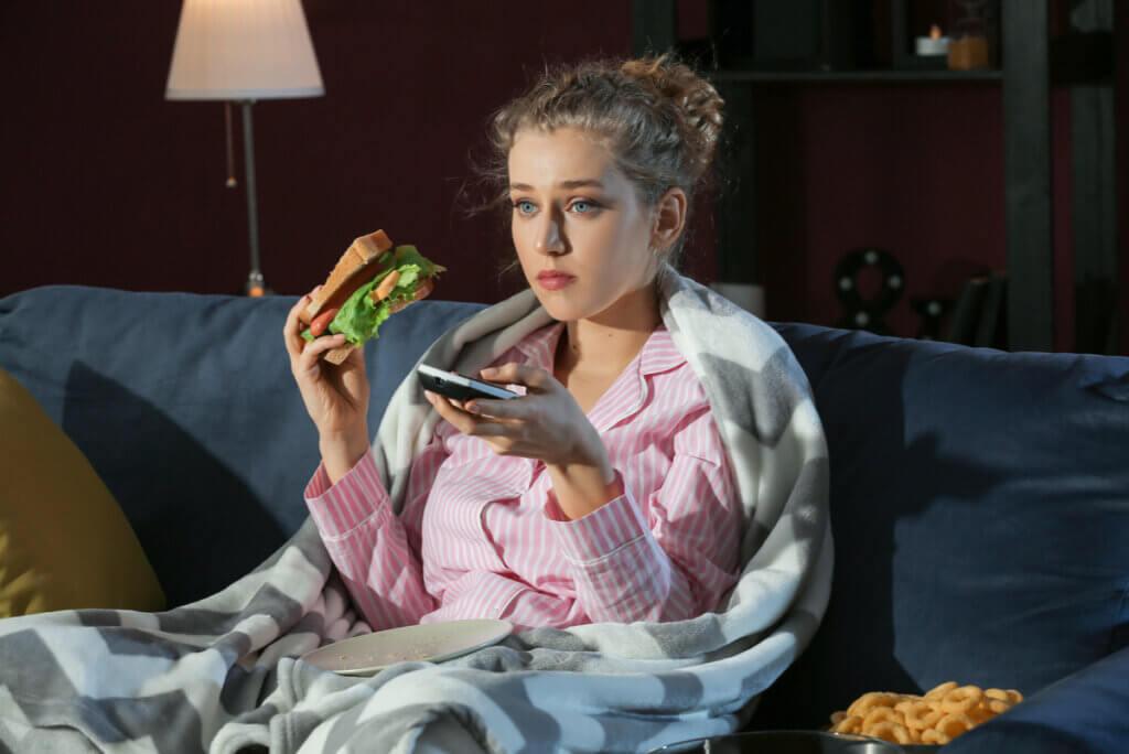 Mujer come desvelada.