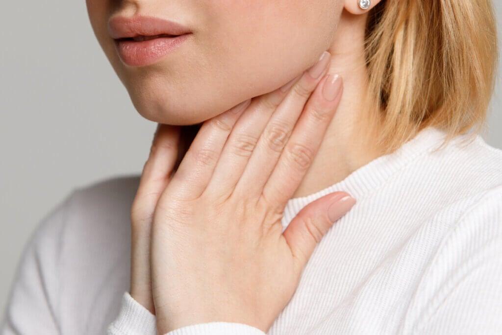 ¿Cómo saber si tienes placas en la garganta?