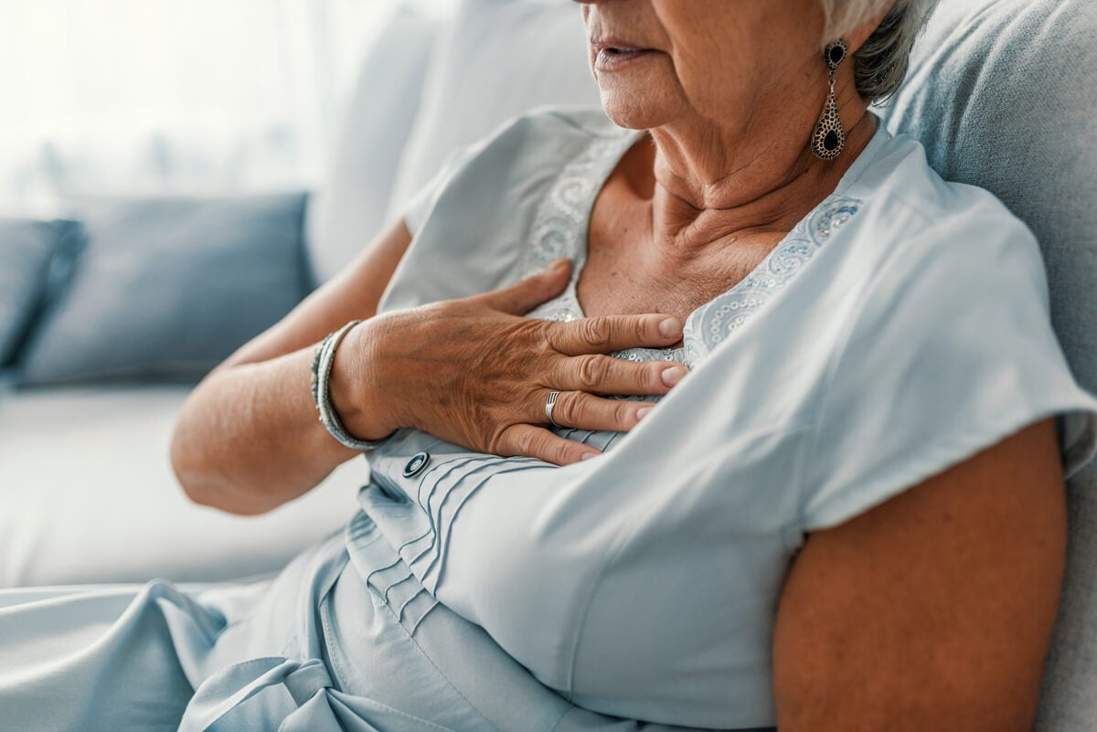 Mujer con dolor de pecho.