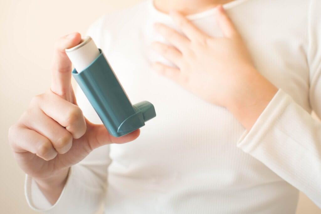 Paciente con EPOC usa inhalador.