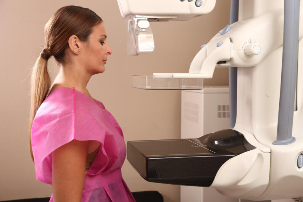 Mujer se realiza mamografía para prevenir el cáncer de mama.