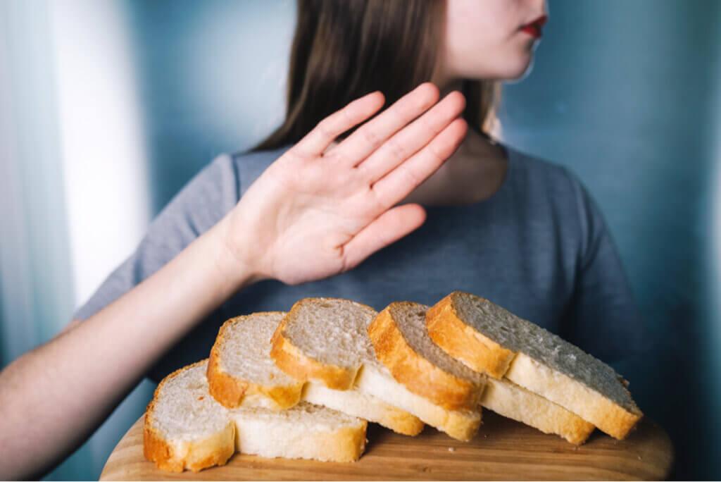 Mujer rechaza pan con gluten.