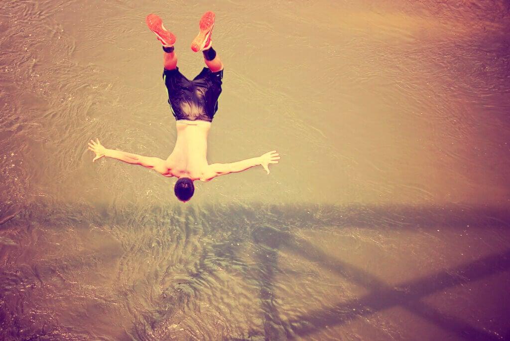 Hombre practicando salto libre.