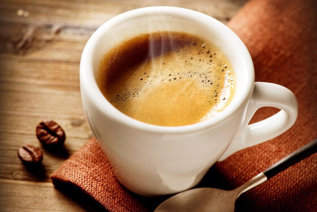 Taza de café que aumenta la presión arterial.