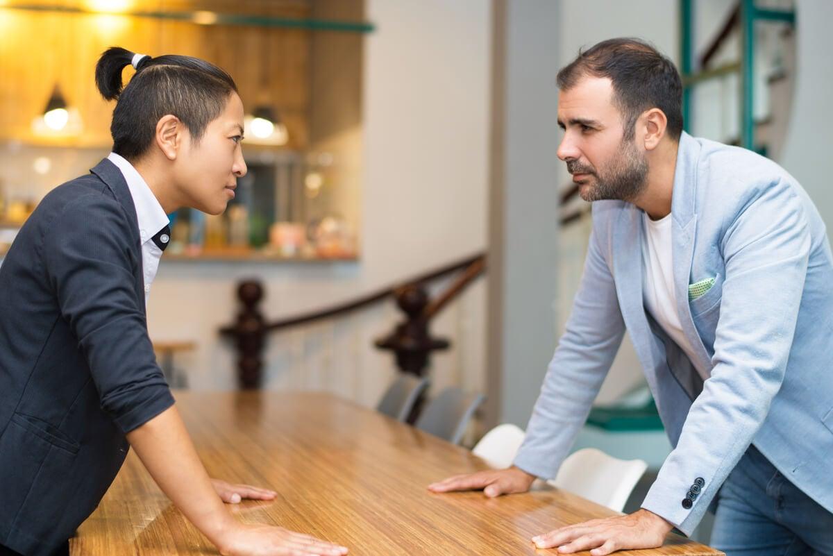 Tensión entre compañeros del ámbito laboral.