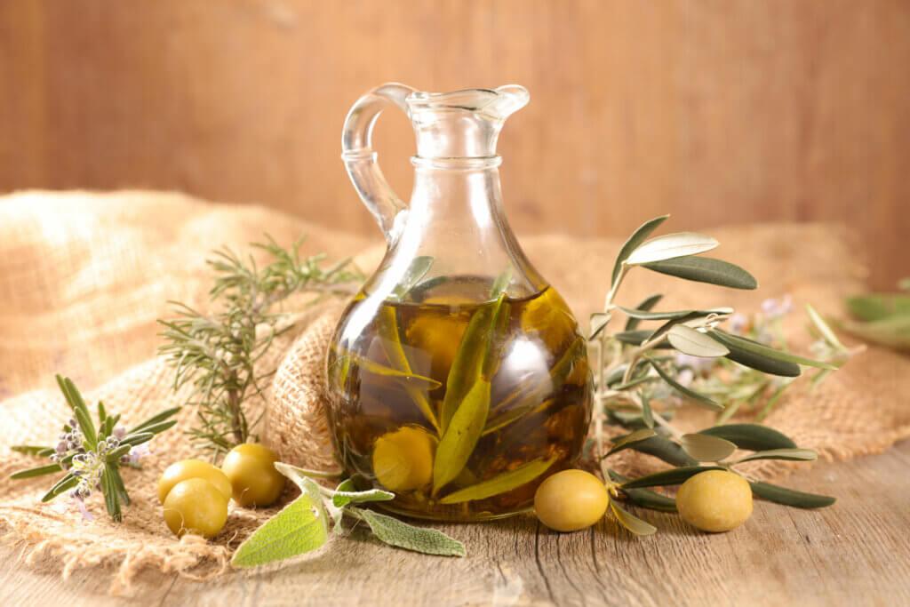 El consumo de aceite de oliva se relaciona con beneficios para la salud.