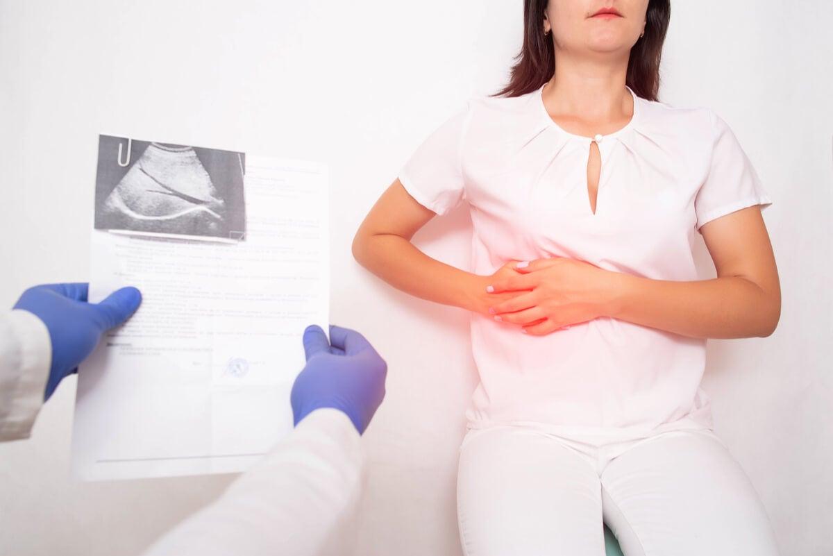 Patología de los hepatocitos analizada por un médico.