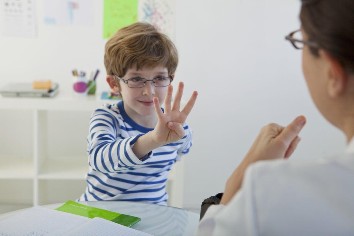 Niño con discalculia.