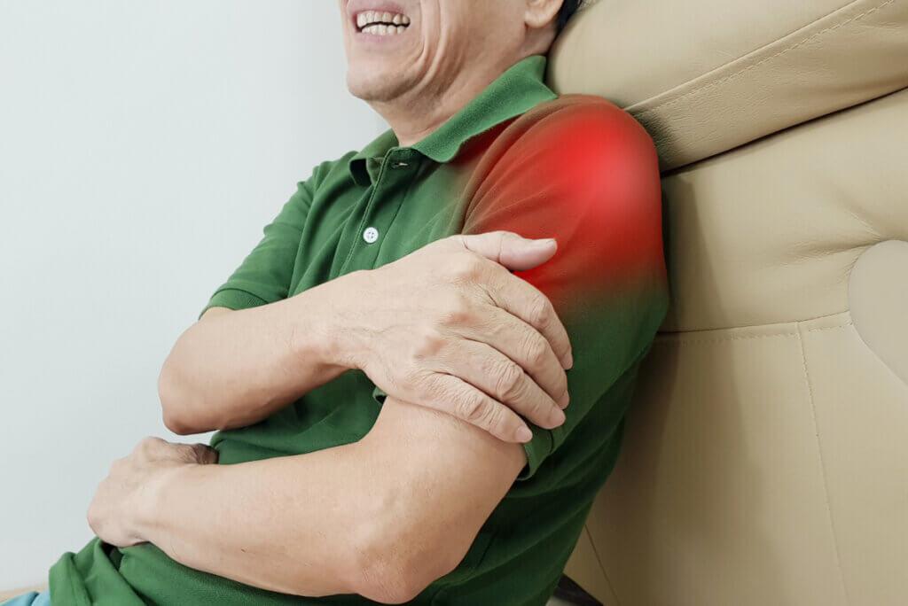 Mala postura sentado influye en dolores articulares.