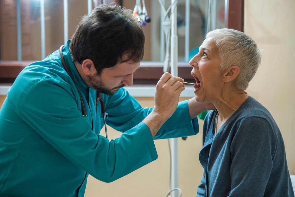 Laringitis atendida por médico en un adulto.