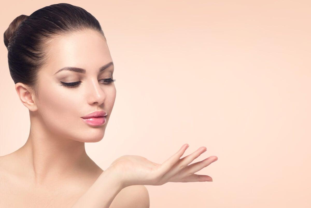 Efecto halo con una modelo para promocionar productos de belleza.