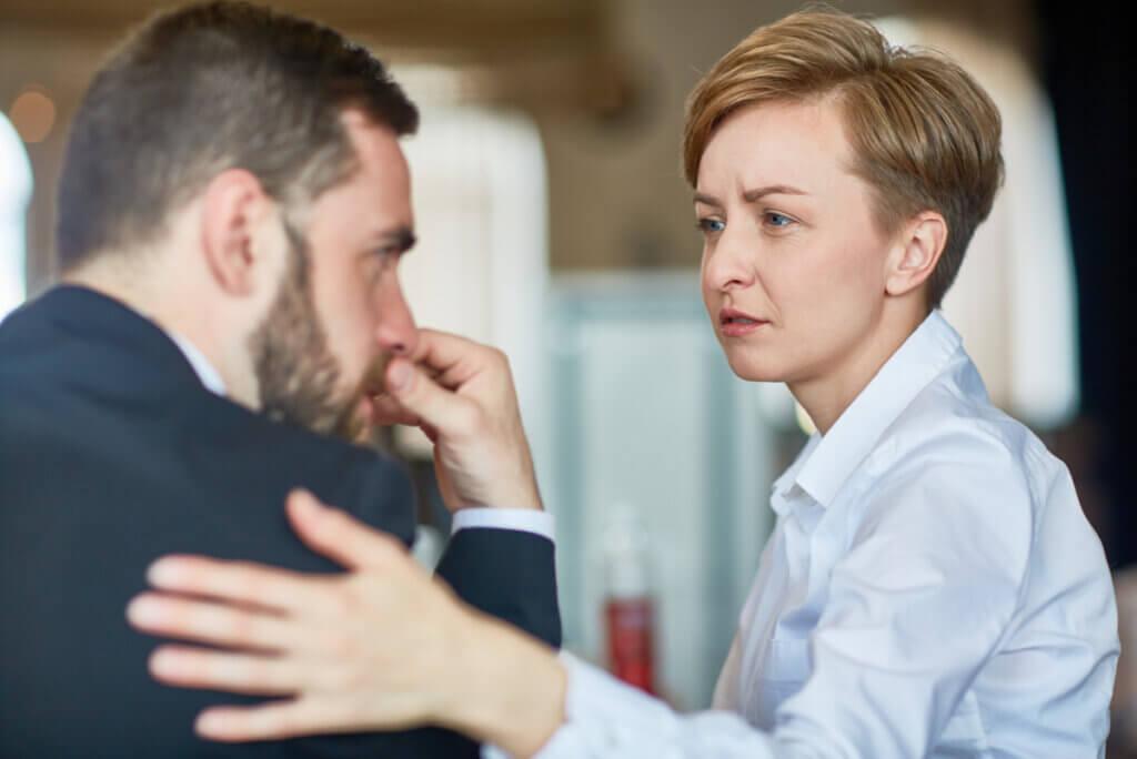 Mujer abraza a un hombre con empatía.