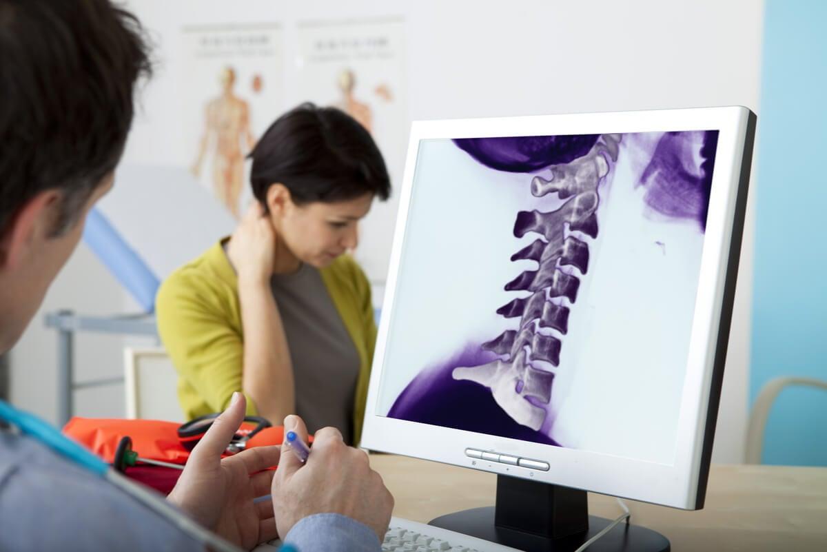 Médico indica melatonina a mujer con dolor crónico.