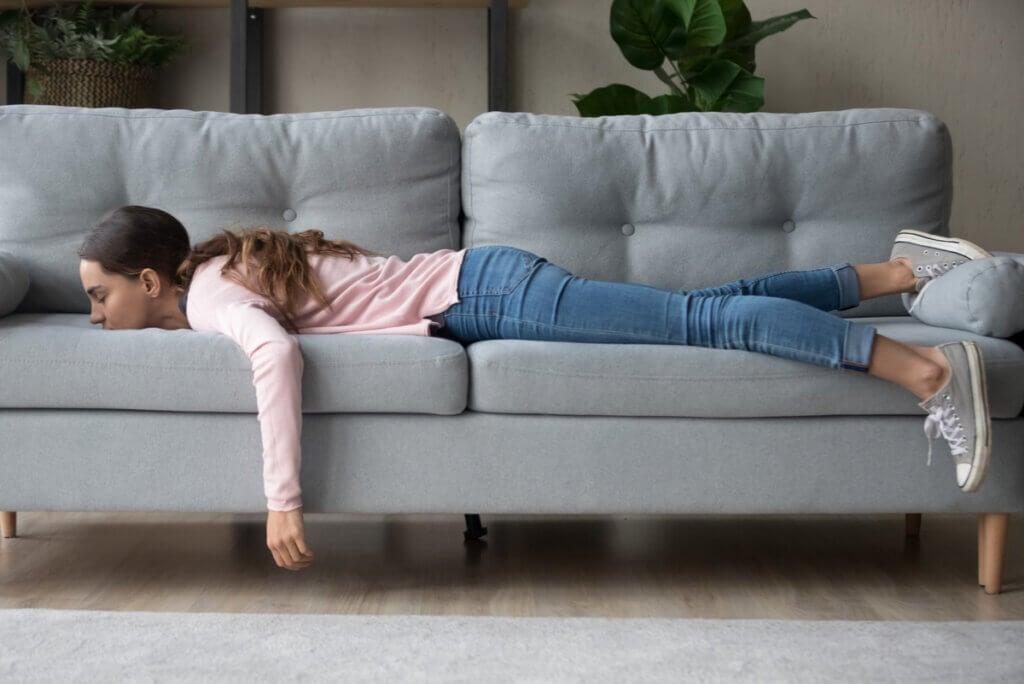 Mujer con somnolencia duerme en su casa.