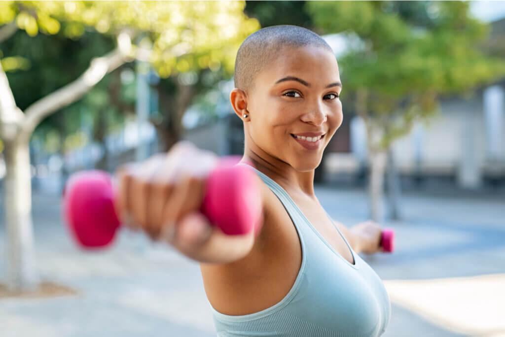Mujer hace ejercicio de brazos.