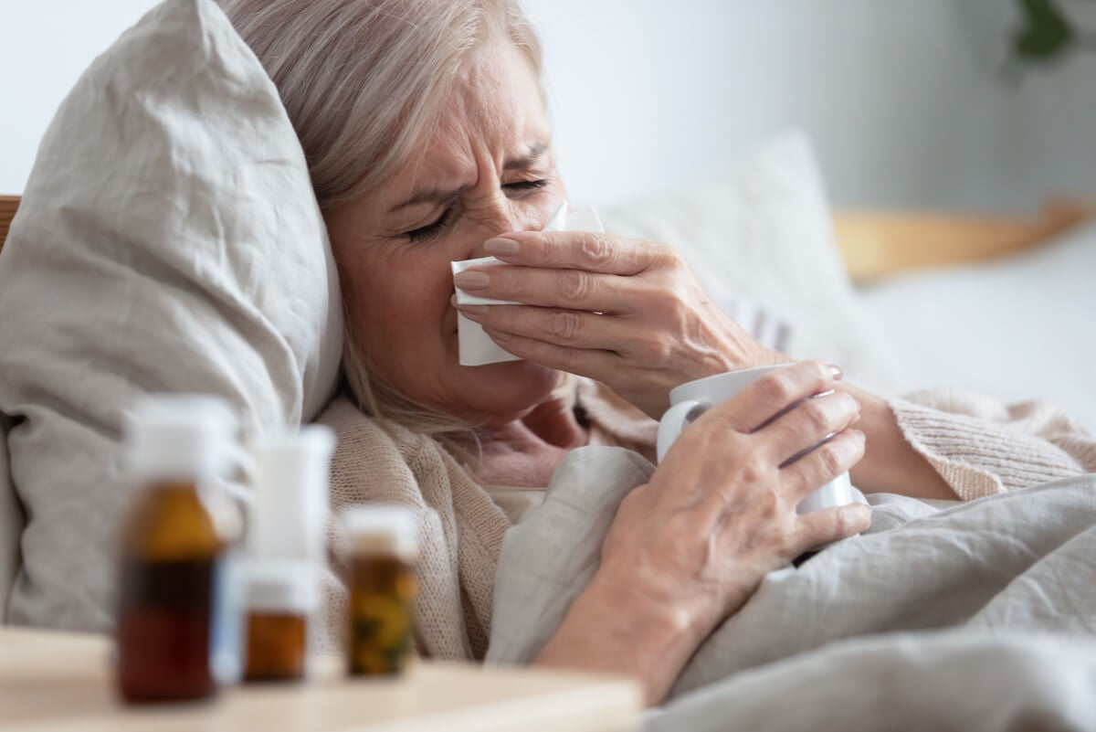 Mujer con gripe viral.