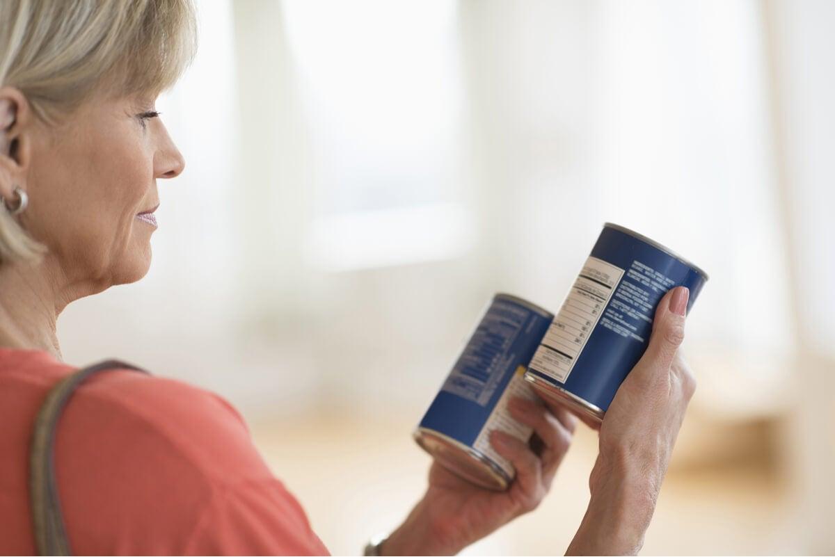Mujer lee etiquetas de productos.
