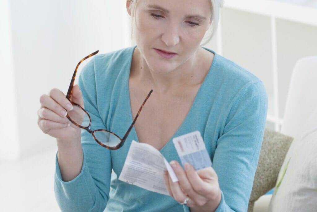 Mujer toma estrógenos en terapia para menopausia.