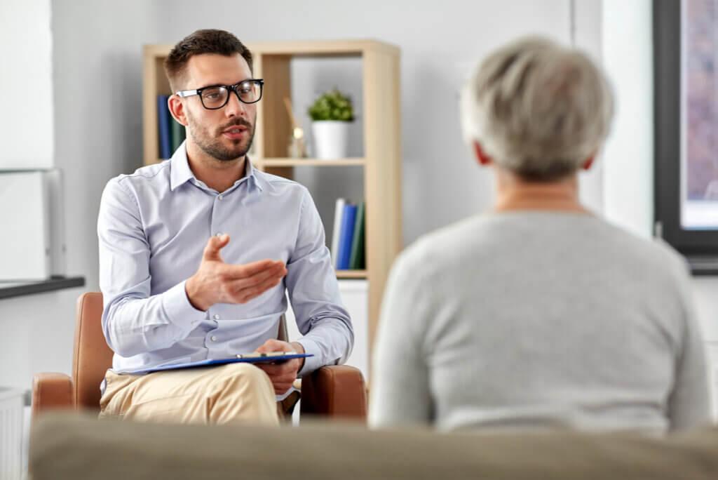 Terapia de defusión cognitiva con una paciente.