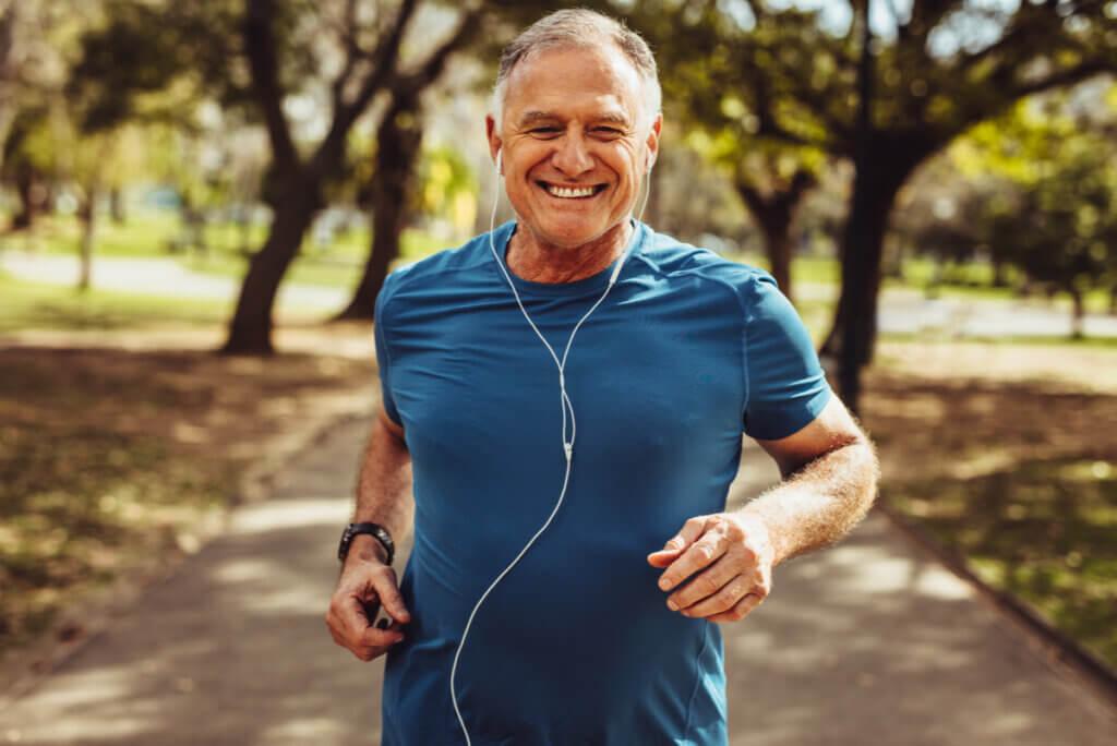 Anciano corre en una plaza.