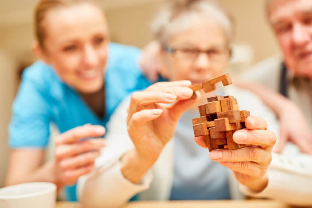 Anciana practica para detener el deterioro cognitivo.