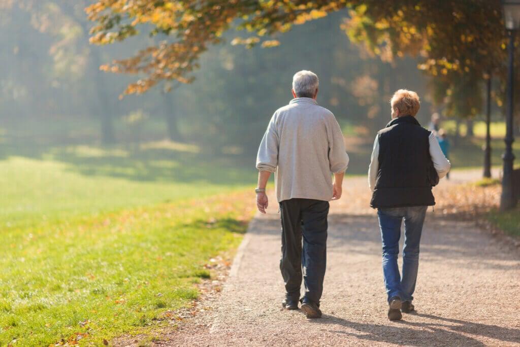 Ancianos caminan por una plaza.