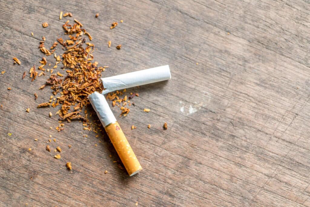 Une cigarette cassée en deux.