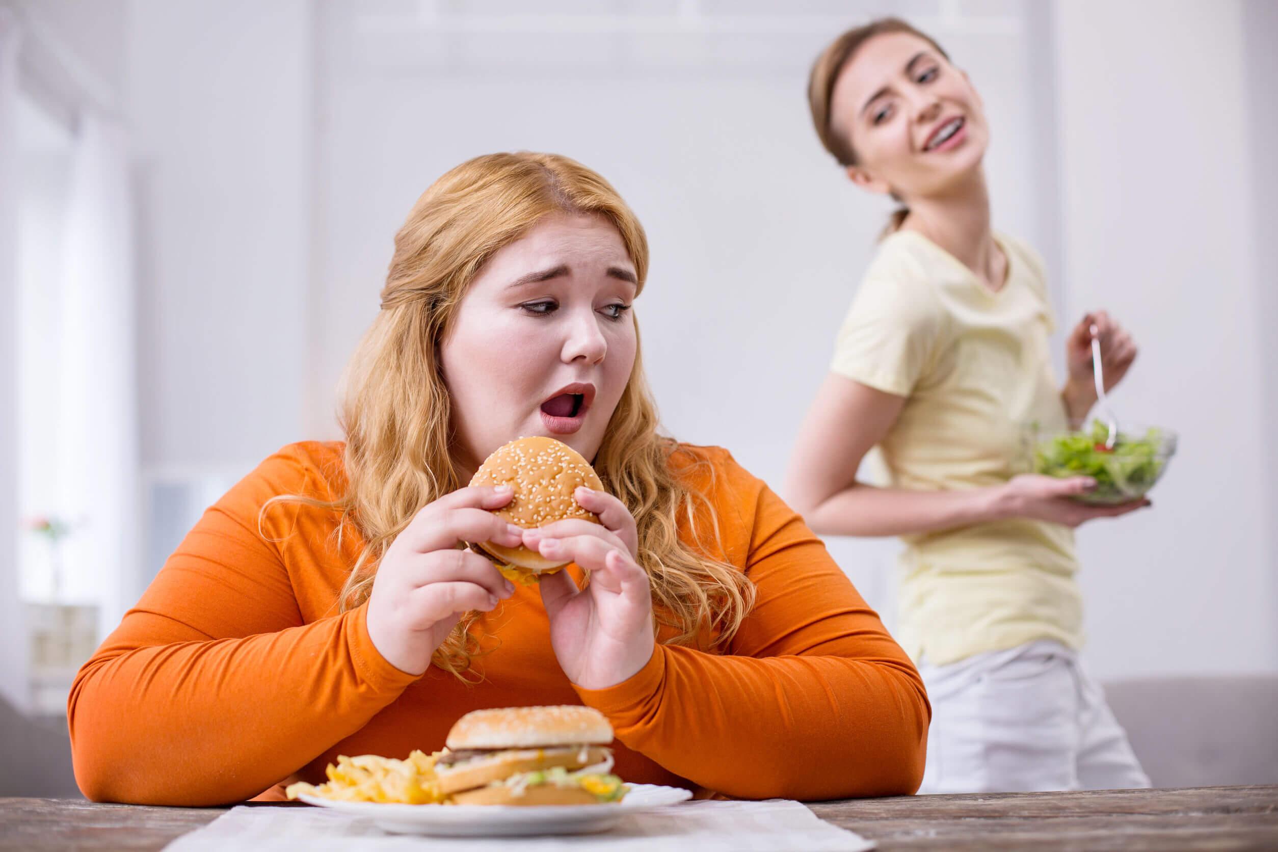 La comida chatarra puede favorecer el aumento de peso.