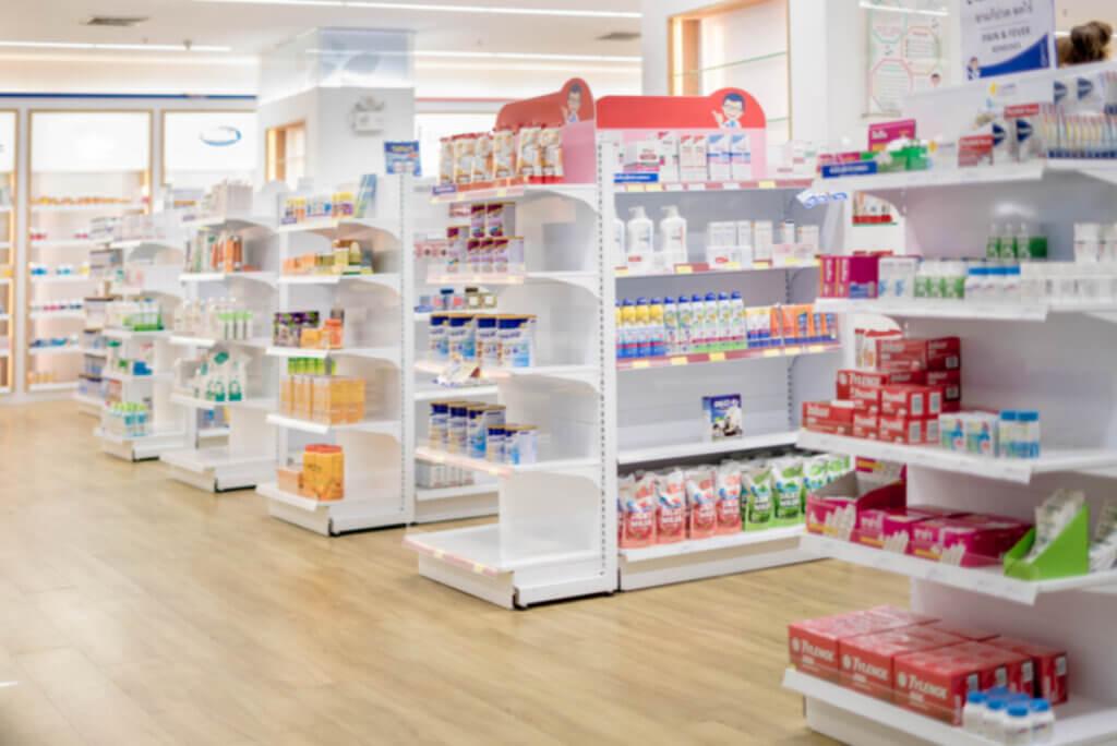 Góndolas en una farmacia.