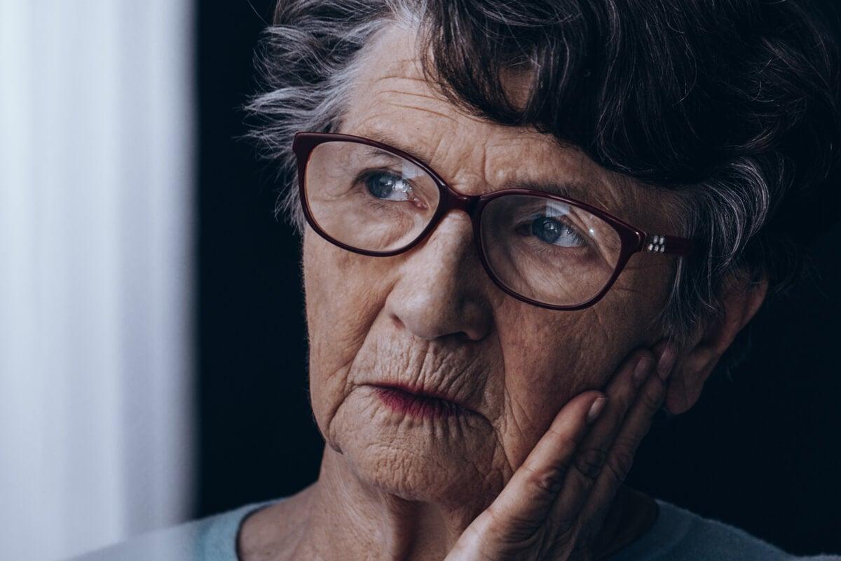 Mujer con alzhéimer.