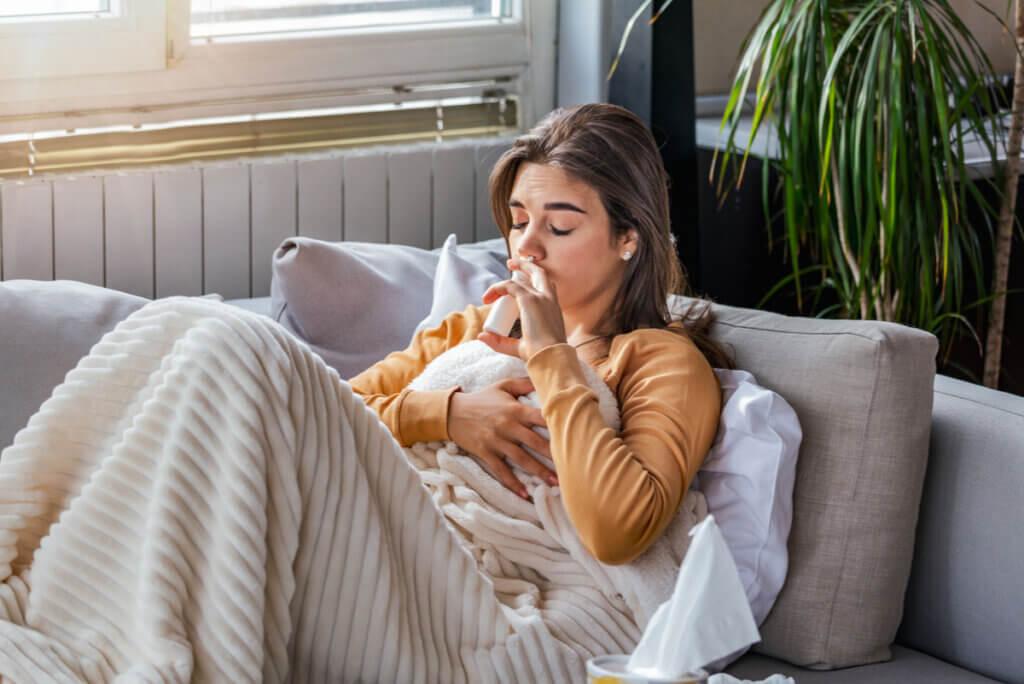 Mujer con rinitis enferma en su casa.