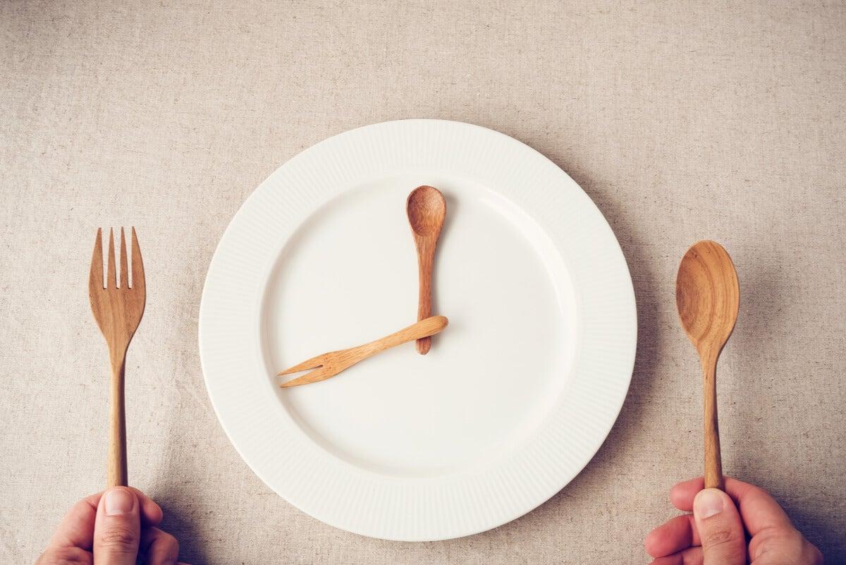 La smart food se relaciona con el ayuno intermitente.