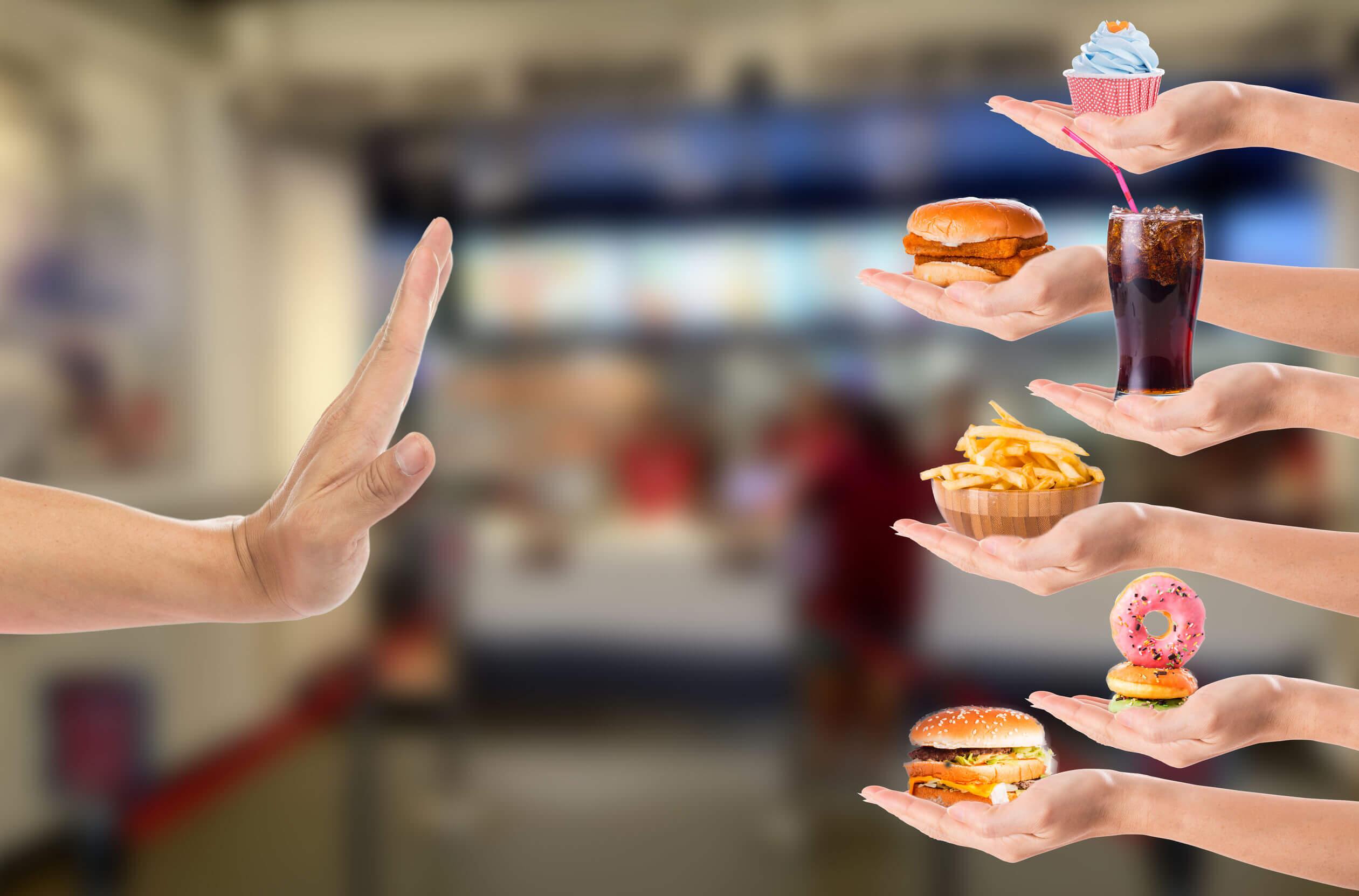 Es importante saber rechazar la comida chatarra para mejorar el estado nutricional.